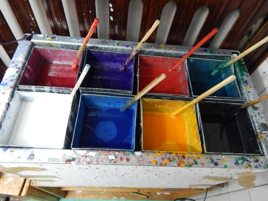 It is dipping equipment which holds 8 containers with coloured wax.